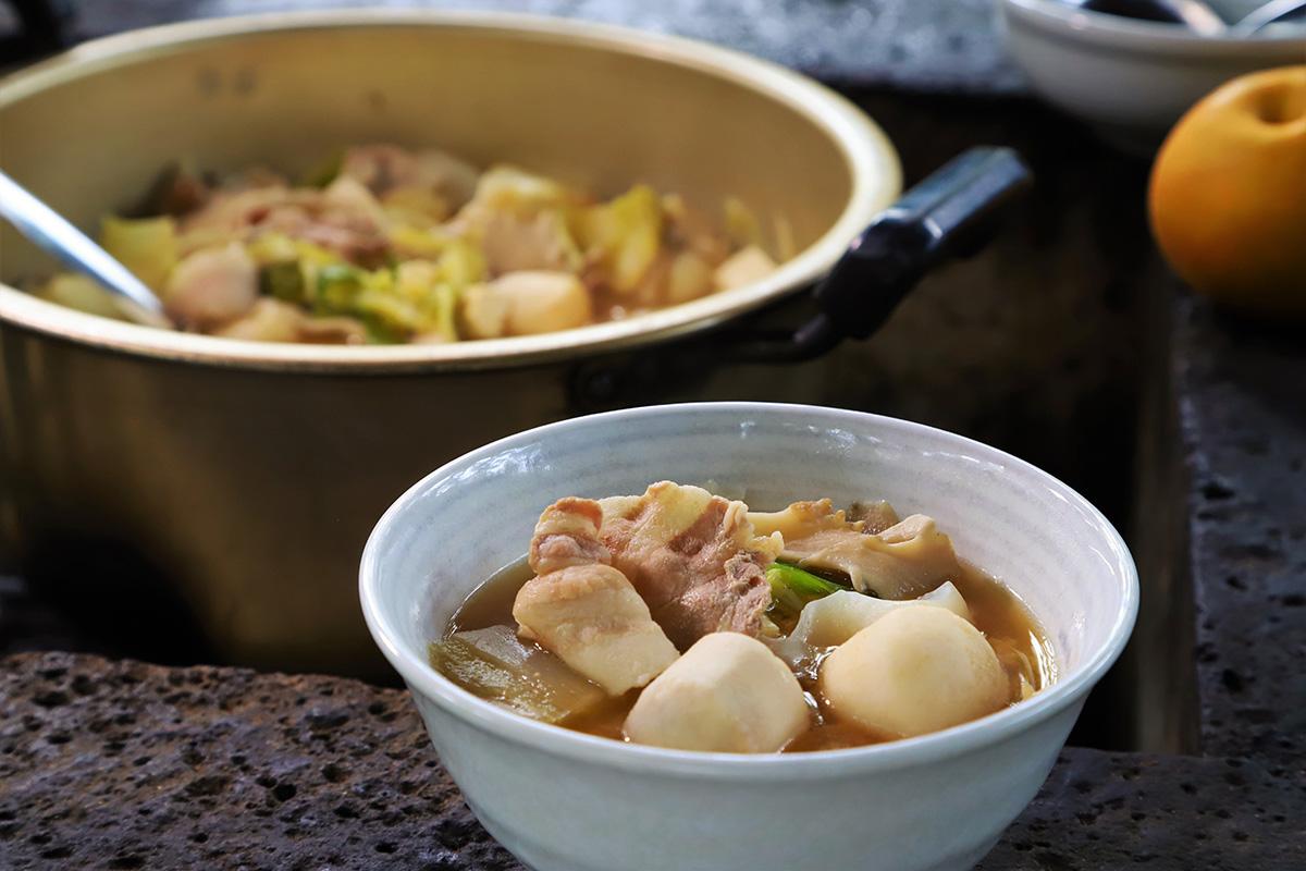 準備されている材料を煮込めば、おいしい芋煮の出来上がり!