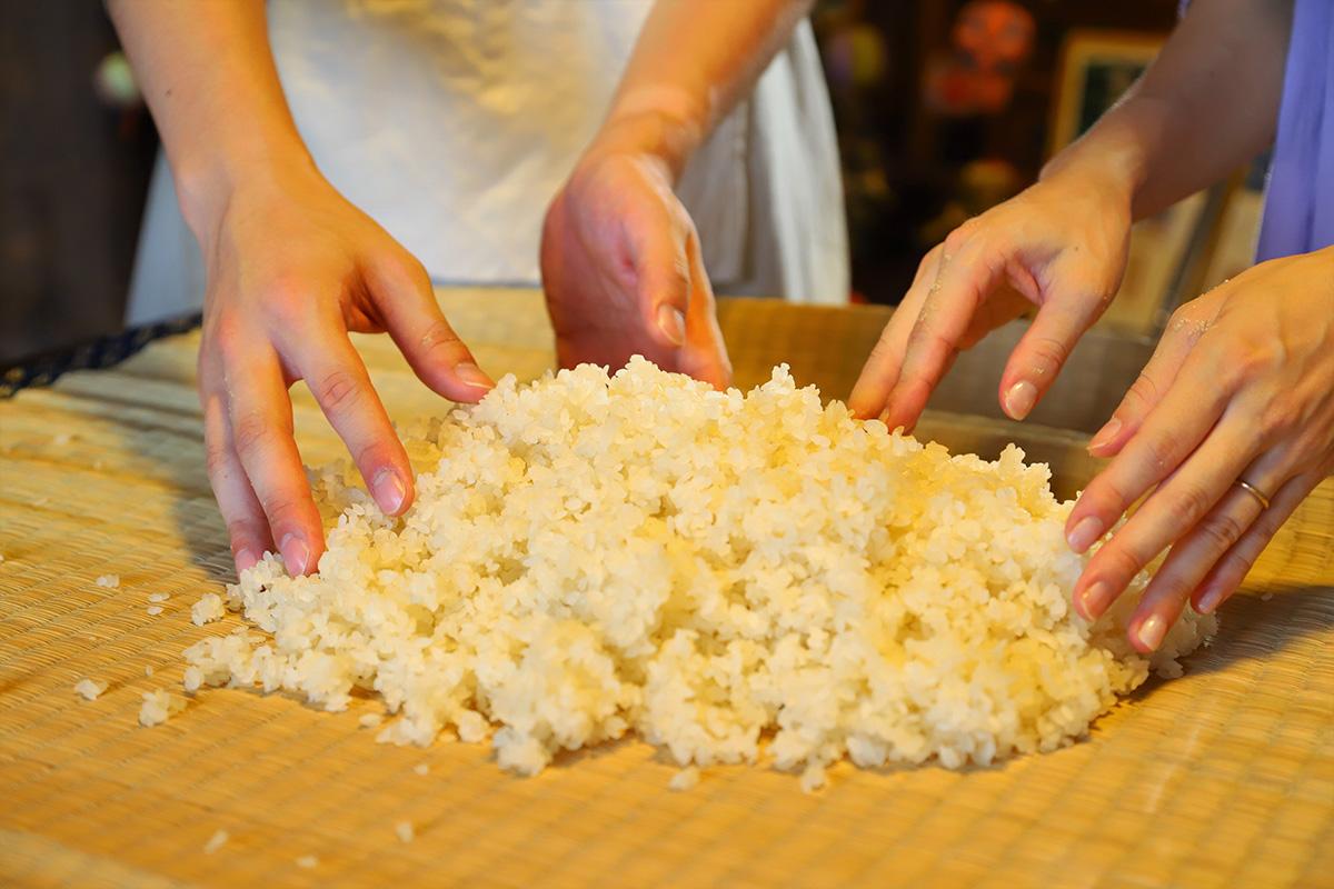 蒸しあがったお米と種麹をやさしく混ぜます