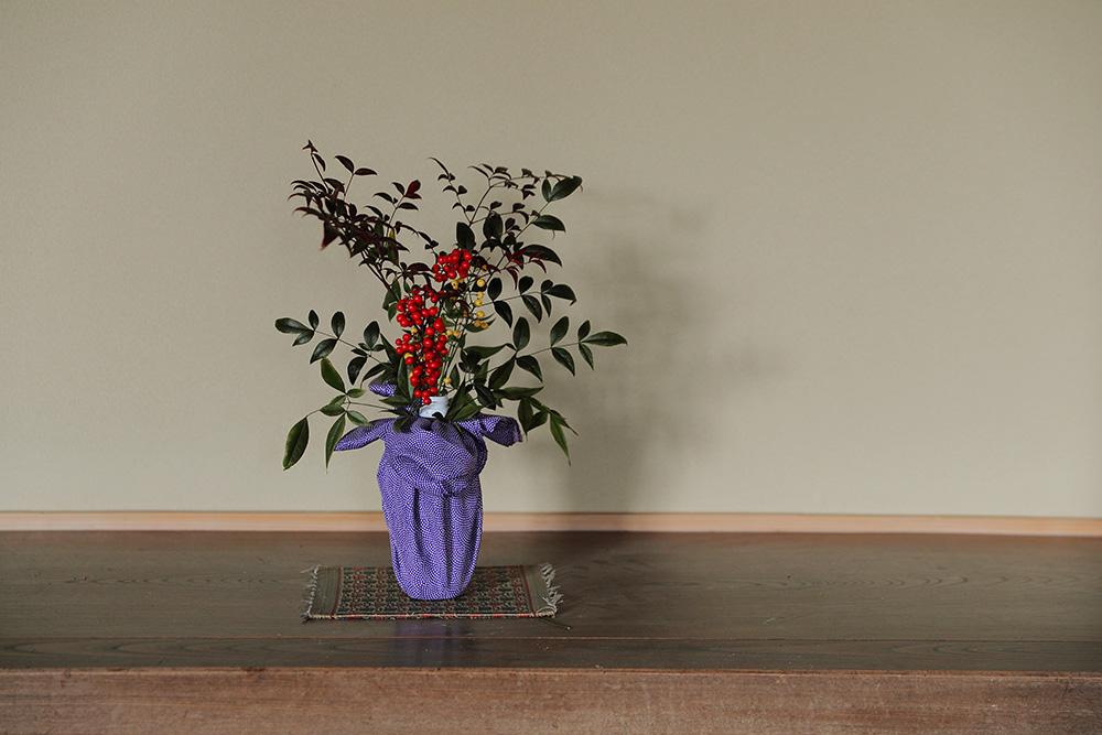 被災した家の中に飾られたお花