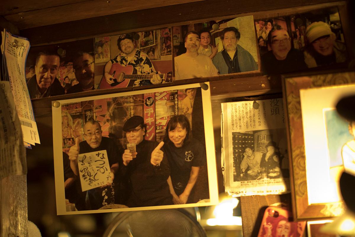 ひっそりと貼られている写真には高田渡さんや吉田類さんの姿も。酒好きに愛される店なのが伺えます。