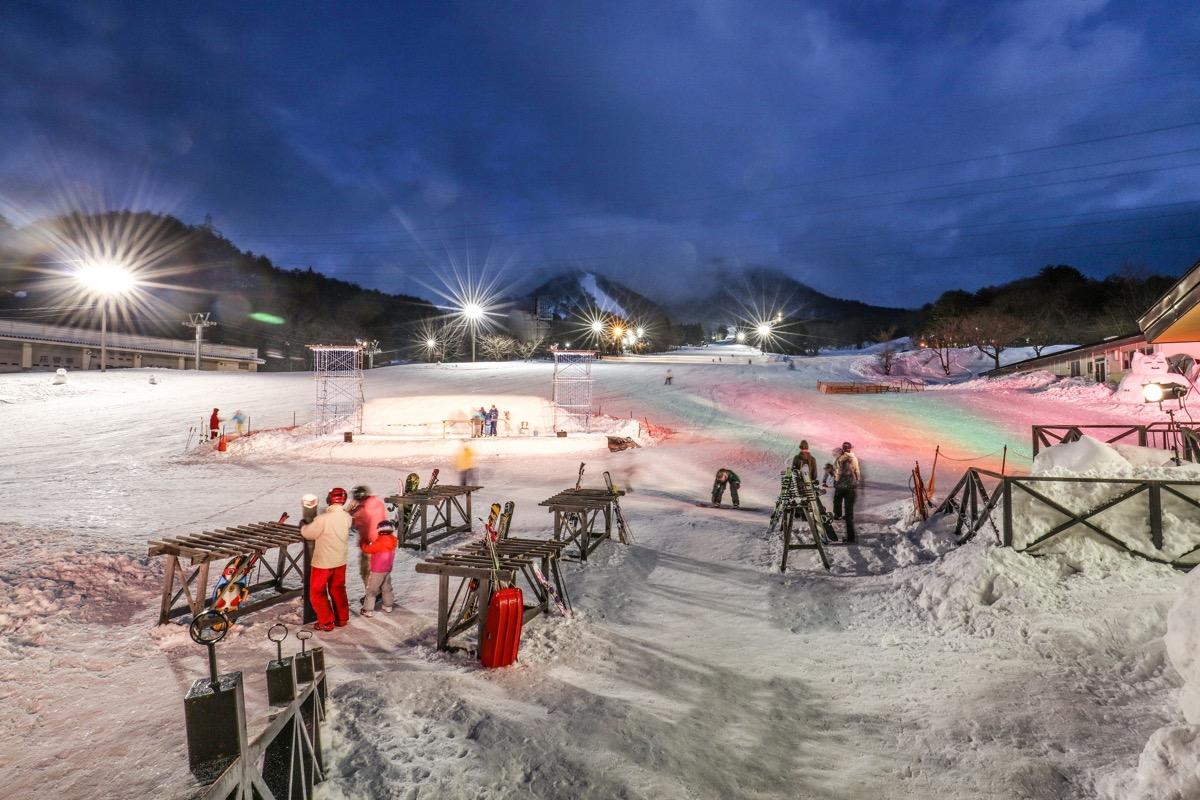 スキー場ベースロッヂから見たナイターゲレンデの様子です。の様子