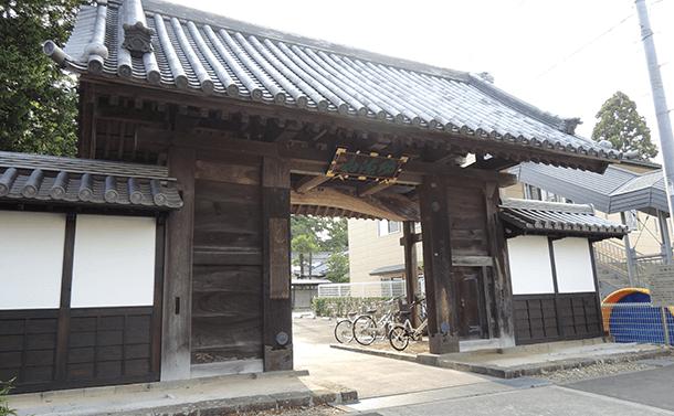 歴史的建造物:荘厳寺山門