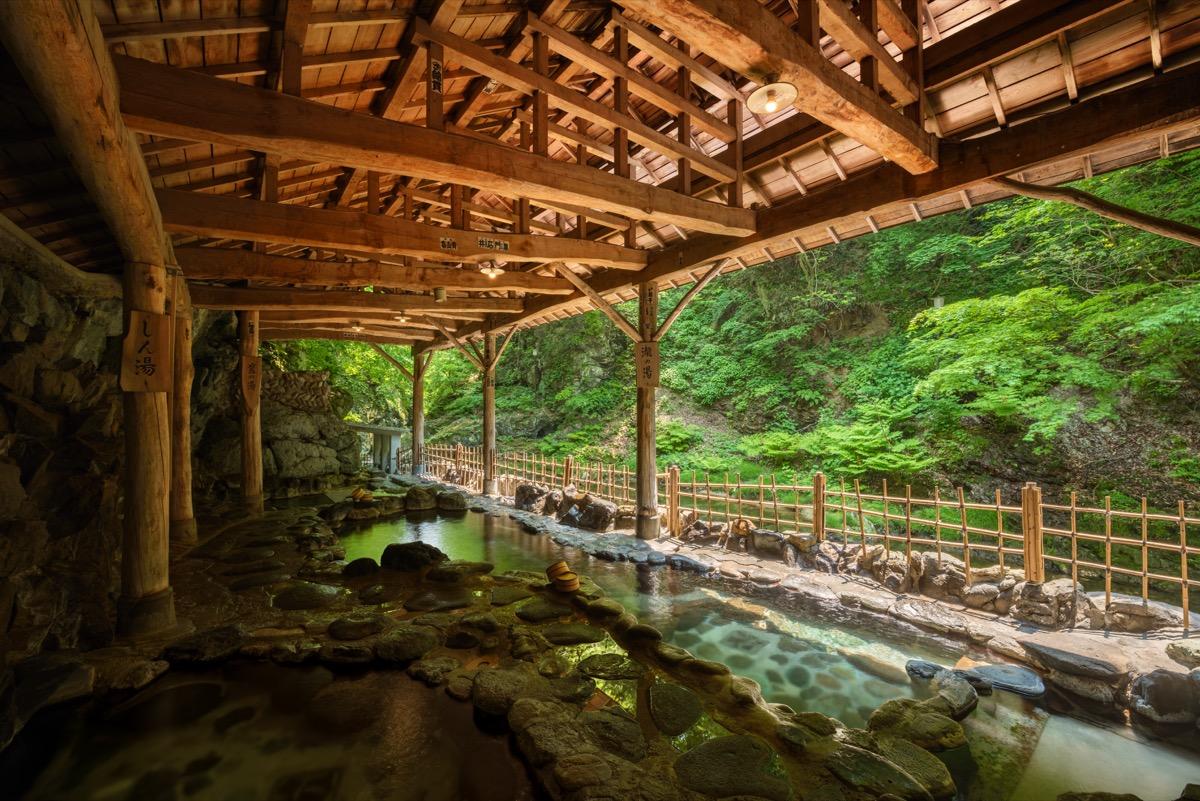鷹泉閣岩松旅館天然岩風呂