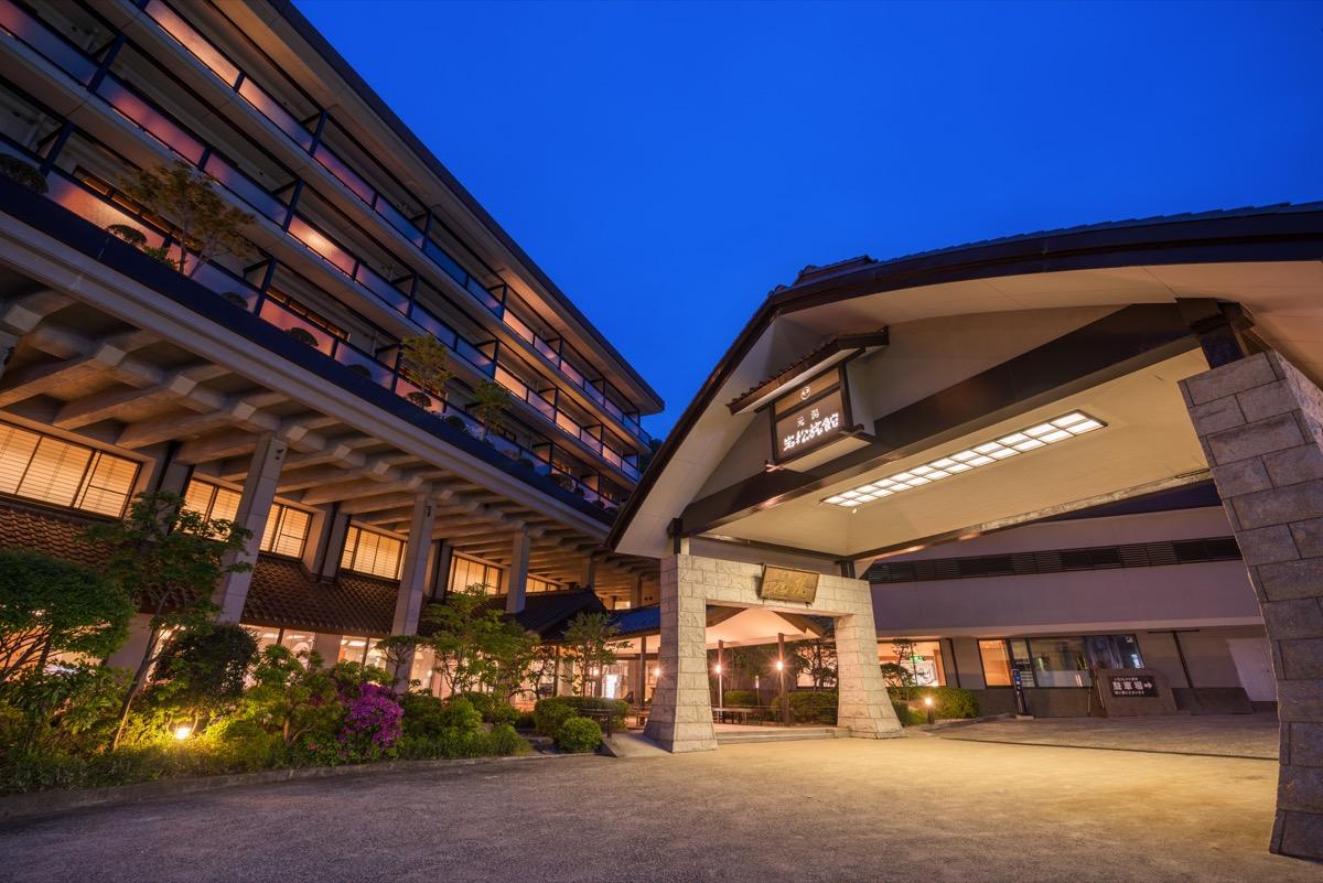 鷹泉閣岩松旅館外観(夜)