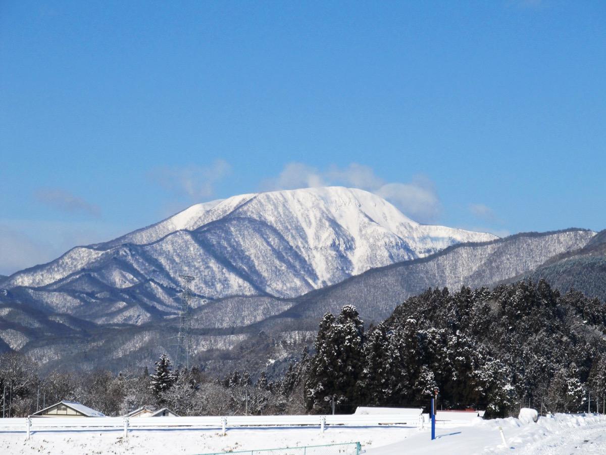 雪化粧をした大東岳