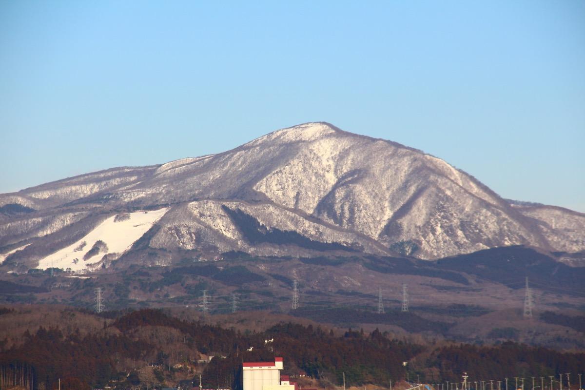 「冬の泉ケ岳」積雪で白くなってきた泉ケ岳の概観の様子