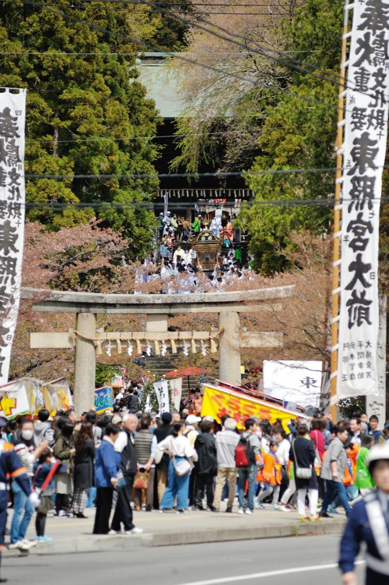 東照宮春祭 例祭に合わせて毎年4月の第3土日に春祭が開催されます。80本の桜が境内を彩り、仙台市登録有形文化財の東照宮神楽や、子ども神輿が奉納されます。の様子