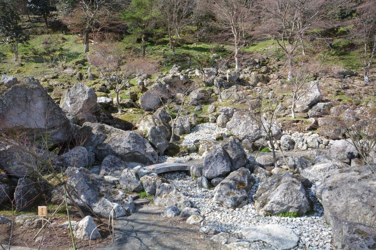 借景も巧みに取り込んだ秋保石の石組の様子