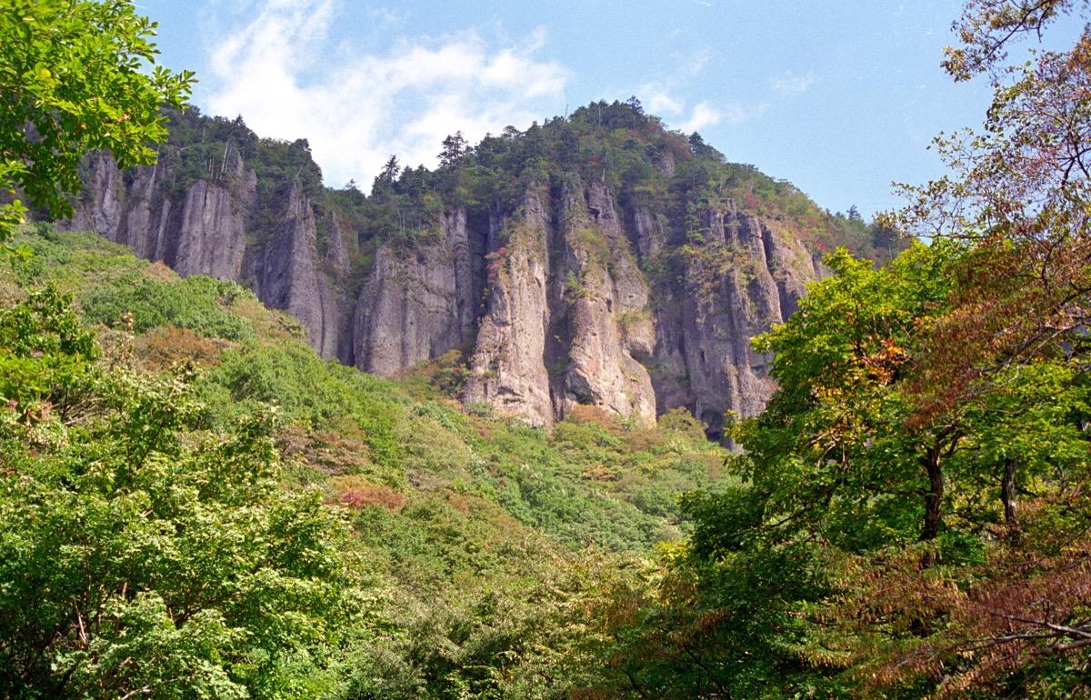 ハイライトの磐司岩がそびえたつの様子