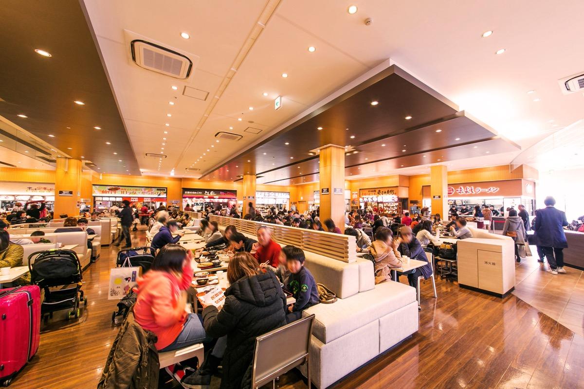 フードコートは仙台の牛タン、盛岡の冷麺のほか、全国のグルメが楽しめるの様子