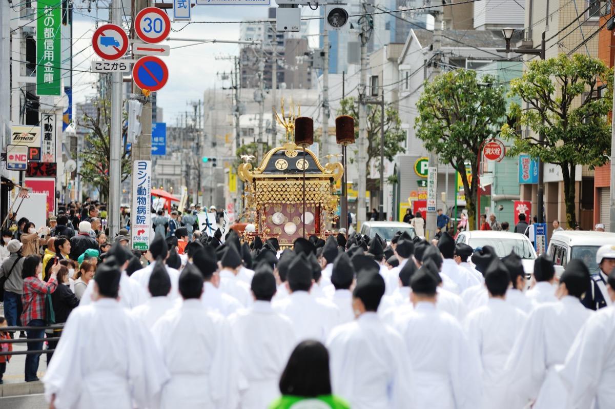 東照宮御祭礼 明暦元年(1655)から始まった東照宮の神輿渡御は江戸時代を通じて行われ、仙台祭とも呼ばれました。江戸時代はお祭りの行列は数千人に及び、遠方からも見物が訪れるなど仙台最大のお祭りでした。現在では5年に1度斎行されております。の様子