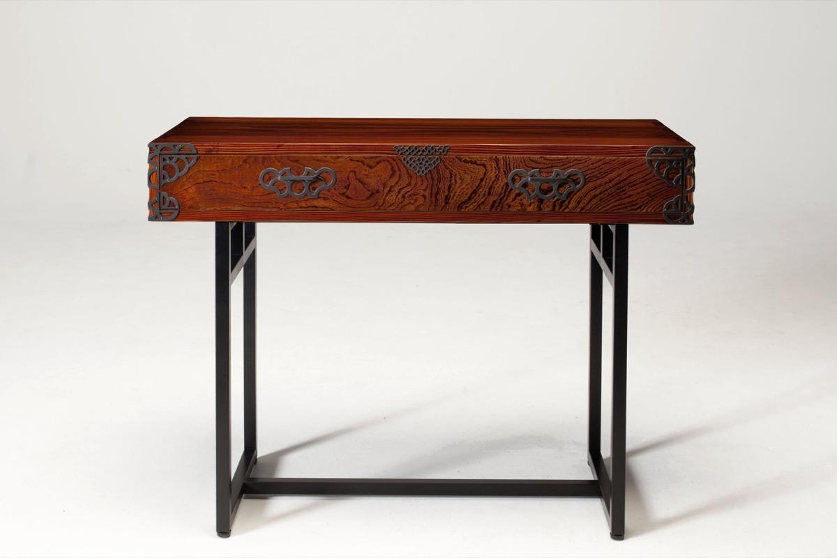 仙台箪笥「monmaya+ コンソール拭き漆」の様子