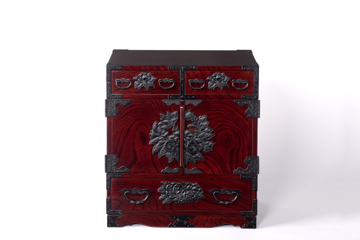仙台箪笥小箪笥「参番 木地呂塗り」の様子