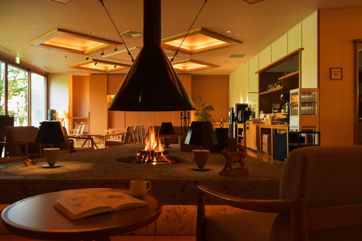 「蔵王の森」がつくる美と健康の温泉宿ゆと森倶楽部暖炉ラウンジ