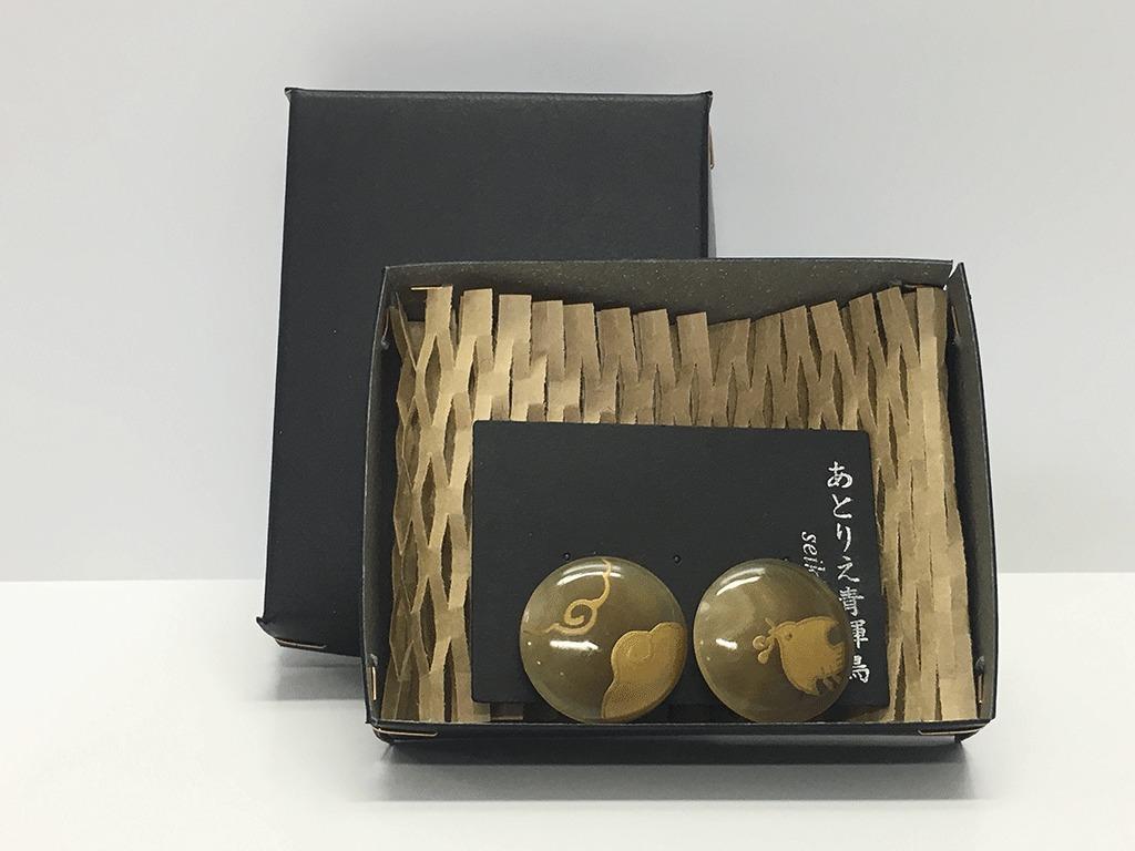 水牛角に金蒔絵の耳飾